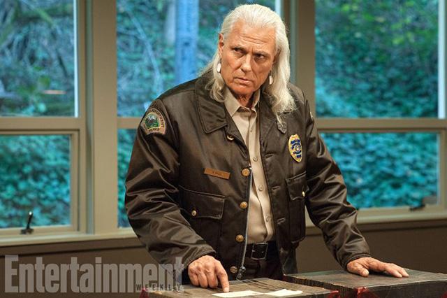 Майкл Хорс в роли помощника шерифа Томми Хилла